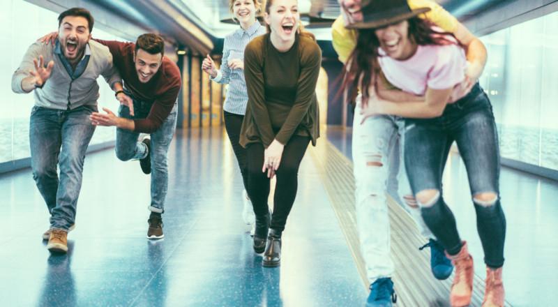 Joukko iloisia nuoria käytävällä