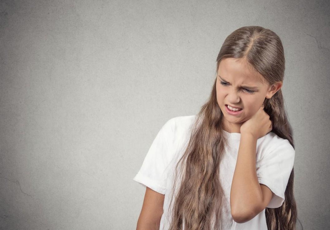 Krooninen kipu ei useinkaan näy päälle. Niskakipua potevan lapsen tai nuoren kaularangan kuvantamistutkimuksissa ei yleensä nähdä kipua selittävää kudosvauriota ja laboratoriotutkimuksetkin ovat täysin normaalit. Lääkäri ajattelee usein, että hyvä näin – kivun taustalta ei löytynyt mitään vakavaa tai eritystä sairautta. Hänellä ei ehkä varatun vastaanottoajan puitteissa ole aikaa selittää enempää. Tällainen tilanne on onneton kroonisesta kivusta kärsivälle – syntyy kokemus, ettei hänen kipuaan oteta todesta, mikä puolestaan lisää ahdistusta ja pelkoa – myöskin epäilyjä siitä, että jotakin vakavaa on jäänyt huomaamatta.